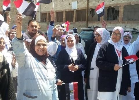 """العاملون بـ""""صحة الإسكندرية"""" يشاركون في الاستفتاء بأجواء احتفالية"""