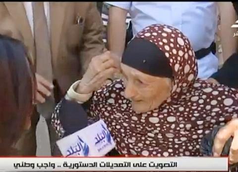 """مسنة تبكي على الهواء: """"مش قادرة أمشي.. ونزلت عشان السيسي"""""""