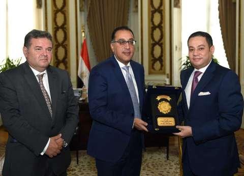 رئيس الوزراء يكرم وزير قطاع الأعمال العام السابق بحضور هشام توفيق