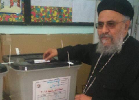 وكيل بطريركية الأقباط الأرثوذكس بالإسكندرية يدلي بصوته في الانتخابات