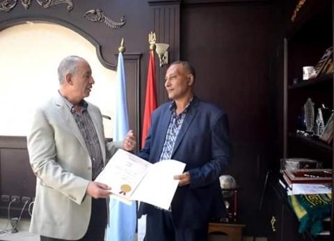 محافظ البحر الأحمر يكرم مدير بسفاجا لمساعدته العمال في تجهيز المدرسة