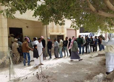 بالصور| زحام وطوابير للمواطنين المصوتين بلجنة الإدارة الزراعية بالضبعة