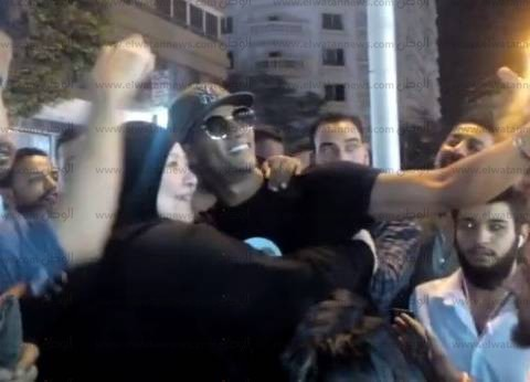 """فيديو  محمد رمضان يوقف المرور بـ""""لامبورجيني"""" لالتقاط الصور مع جمهوره"""