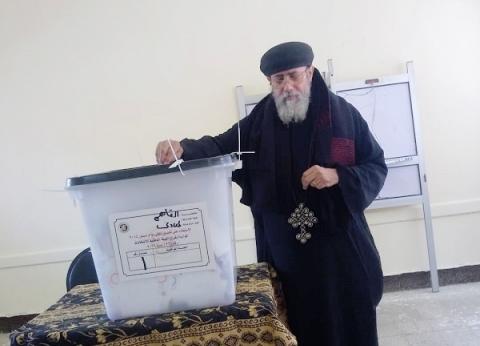 في آخر أيام الاستفتاء.. بابا كنيسة المعادي يدلي بصوته: الأعياد عطلتني