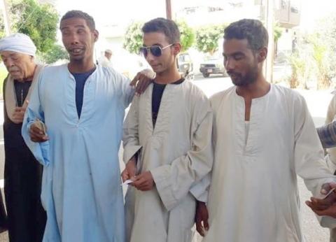 3 أشقاء مكفوفين يدلون بأصواتهم في الاستفتاء بمحافظة قنا