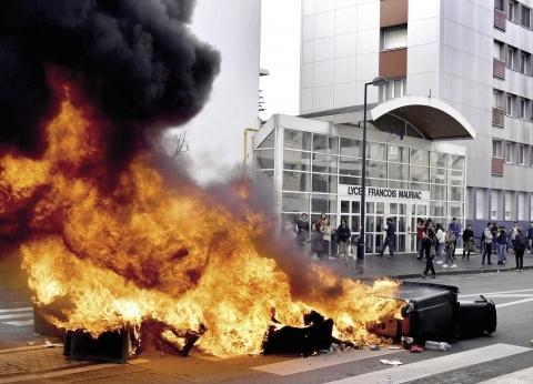 حكومة فرنسا تعلق زيادات الوقود 6 أشهر و«أمستردام» تستعد للاحتجاجات