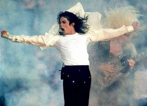 مفاجأة يفجرها مصفف شعر مشاهير هوليود: مايكل جاكسون على قيد الحياة