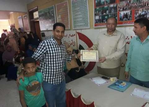 مدرسة تكرّم أولياء أمور الطلاب المتفوقين: هذا الابن من ذاك الأسد