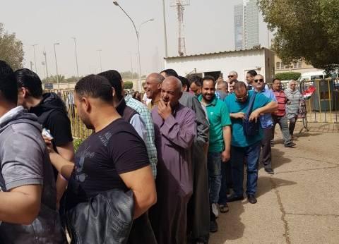 فيديو| طابور للمصريين بالكويت أمام السفارة قبل انتهاء التصويت بساعتين