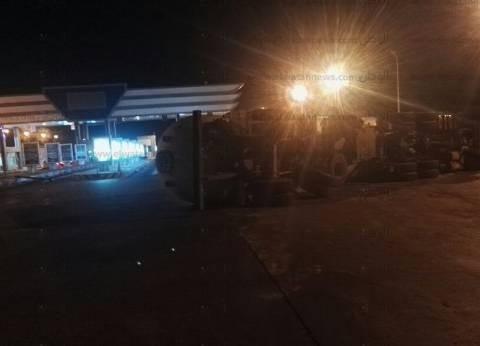 سيارة نقل تسقط لافتة مدخل مدينة دمياط الجديدة