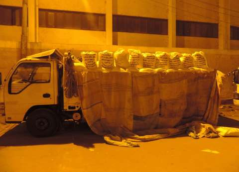 بالصور| ضبط سيارة نقل محملة بـ9 أطنان دقيق بلدي مدعم بالفيوم