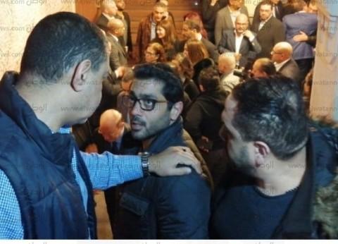 خالد جلال وأحمد فلوكس يقدمان العزاء في والدة هشام عباس