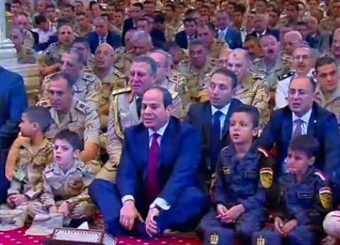 بالصور  الرئيس السيسي يتوسط أبناء شهداء الجيش والشرطة في صلاة العيد