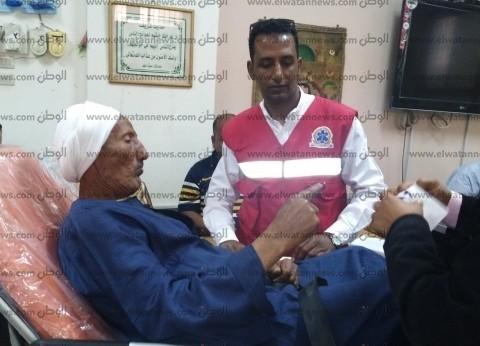 سيارة إسعاف تنقل مسنا للإدلاء بصوته في الاستفتاء بالغردقة