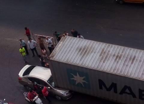 بالصور | إصابة مهندس وزوجته بحادث تصادم مقطورة بكوبرى مشاة بالإسكندرية