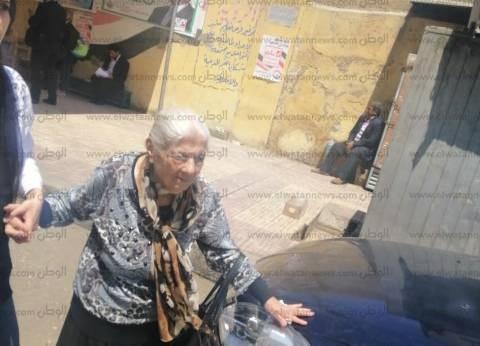 """معمرة تدلي بصوتها في الاستفتاء بمصر الجديدة: """"بعمل لبكره ومصر تعيش"""""""