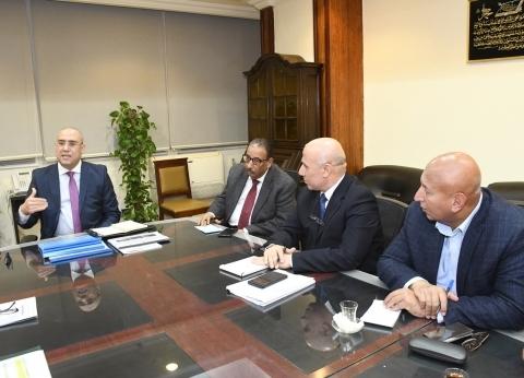 وزير الإسكان يستعرض الخدمات المقدمة للمواطنين مع قيادات مياه الشرب