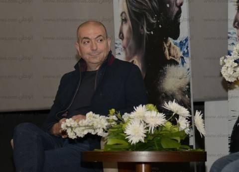 """يسرا تقدم المخرج هاني أبو أسعد أثناء عرض """"الجبل بيننا"""""""