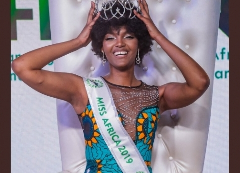 بالفيديو| لحظة اشتعال النيران بشعر ملكة جمال إفريقيا بحفل التتويج