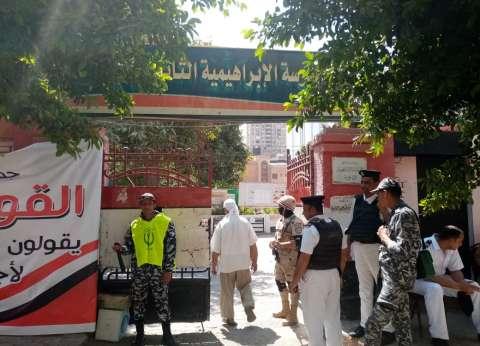أغان وطنية وإقبال كثيف أمام لجان قصر النيل