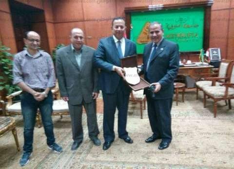 إهداء درع المؤتمر الثالث لطب الأطفال إلى رئيس جامعة المنوفية