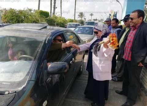 استقبال المواطنين بالورود في مصيف جمصة احتفالا بشم النسيم