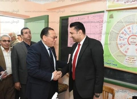 محافظ الشرقية يتابع الاستفتاء بلجنة مدرسة عبد الحكيم أباظة بالزقازيق