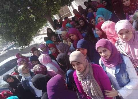 """وقفة لعشرات الممرضات أمام """"صحة أسيوط"""" احتجاجا على ندبهن لـ""""الجامعي"""""""