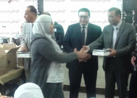 سكرتير جنوب سيناء يسلم التابلت التعليمي لطالبات مدرسة الزهور الثانوية