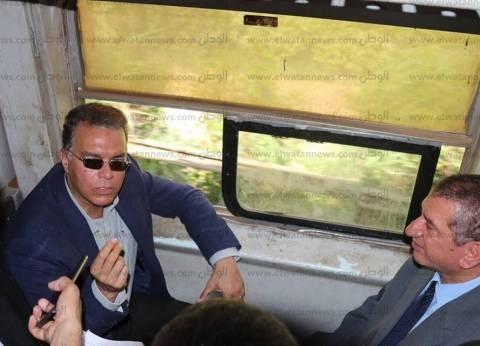 بالصور| وزير النقل يستقل قطار الدرجة الثالثة في جولة بكفر الشيخ