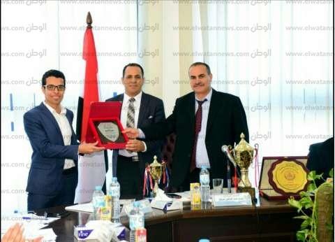 رئيس جامعة دمنهور يكرم الفائز بجائزة بغداد الدولية في العلوم المحاسبية