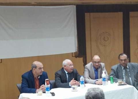 محافظ بورسعيد يلتقي عددا من الأطباء لمناقشة تطبيق منظومة التأمين الصحي