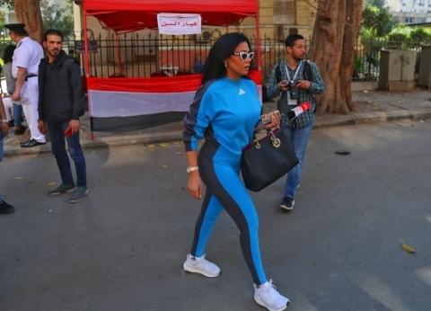 """بـ""""زي رياضي"""".. رانيا يوسف تدلي بصوتها في التعديلات الدستورية بالزمالك"""