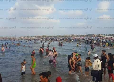 زحام على شواطئ مصيف بلطيم في أول أيام عيد الأضحى