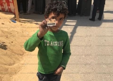 """طفل يجوب لجان أكتوبر بـ""""بطاقة وهمية"""": """"عاوز أشارك.. أنا مش هفضل صغير"""""""