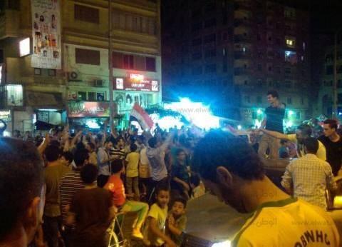 بالصور| طائرات القوات المسلحة تلقي أعلام مصر للمواطنين في التحرير