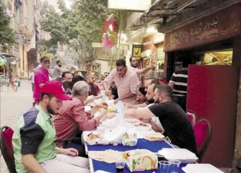 «رامى» يجمع أصدقاءه على «إفطار الشارع»: «بنشوف بعض من السنة للسنة»
