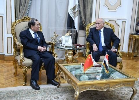 وزير الإنتاج الحربي يبحث مع سفير الصين تصنيع السيارات الكهربائية بمصر