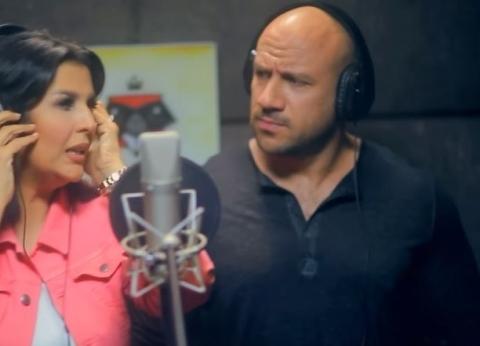 بالفيديو  منى الشاذلي تغني مع أحمد مكي
