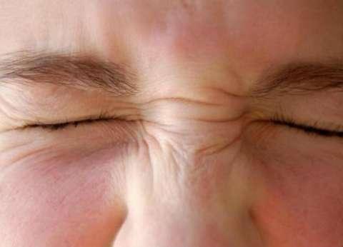 استشاري عيون يوضح أسباب احمرار العينين بعد حمام السباحة وكيفية علاجه