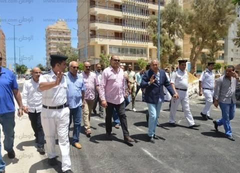 محافظ مطروح يتابع رصف شوارع وسط المدينة والكورنيش