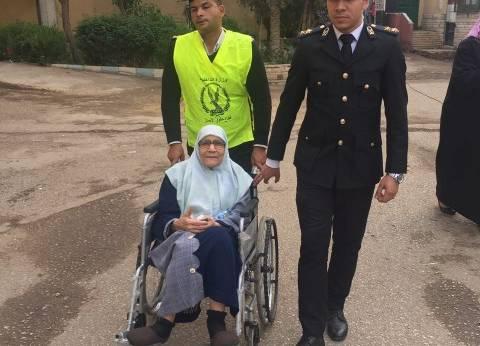أمن القاهرة تنقل مسنة بسيارة مجهزة للإدلاء بصوتها في روض الفرج