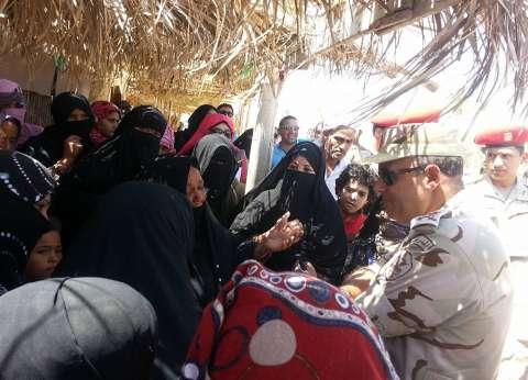قائد الجيش الثالث يوزع أغذية على بدو سيناء.. ويلتقي مسنة شاركت بحرب 73