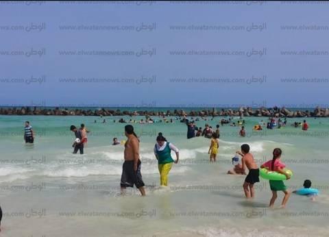 رئيس حي العجمي يحرر محضرا لإثبات حالة بغلق شاطئ النخيل