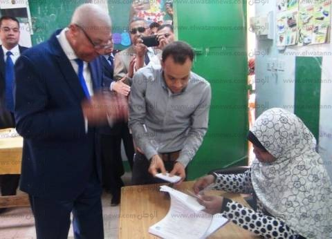 """محافظ أسوان يدلي بصوته في """"محمد منير"""": أتابع الانتخابات أولا بأول"""