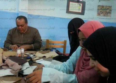 ورشة لتدريب فتيات مطروح على صناعة المشغولات اليدوية بالجلود الطبيعية