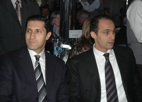 """مصدر قضائي: """"الجنايات"""" رفضت إخلاء سبيل علاء وجمال مبارك"""
