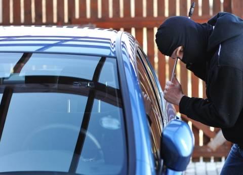 بالفيديو| تاجر يتعرض لسرقة 100 ألف جنيه خلال أداء صلاة الجمعة