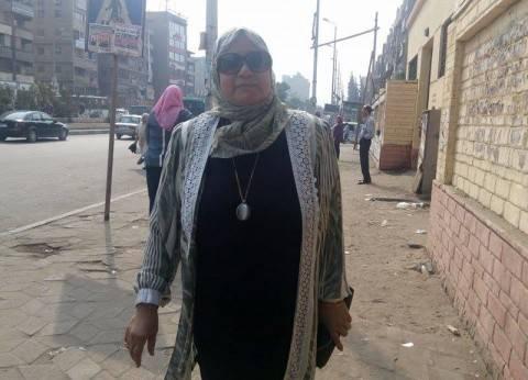"""سيدة تعنف الشباب أمام لجنة في الطالبية: """"روحوا انتخبوا ماتضيعوش  مصر"""""""