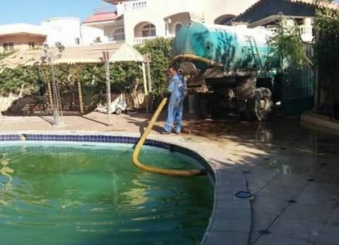 مجلس مدينة الغردقة يكافح الضنك بشفط مياه حمامات السباحة وردم البرك